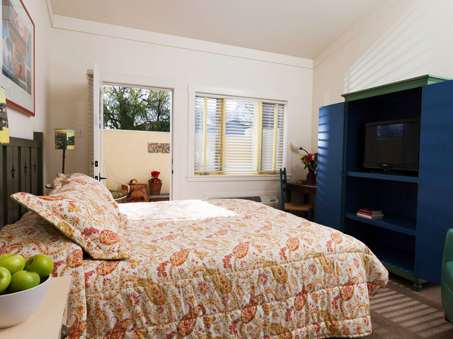 A comfy bed at the Sonoma Creek Inn, Sonoma