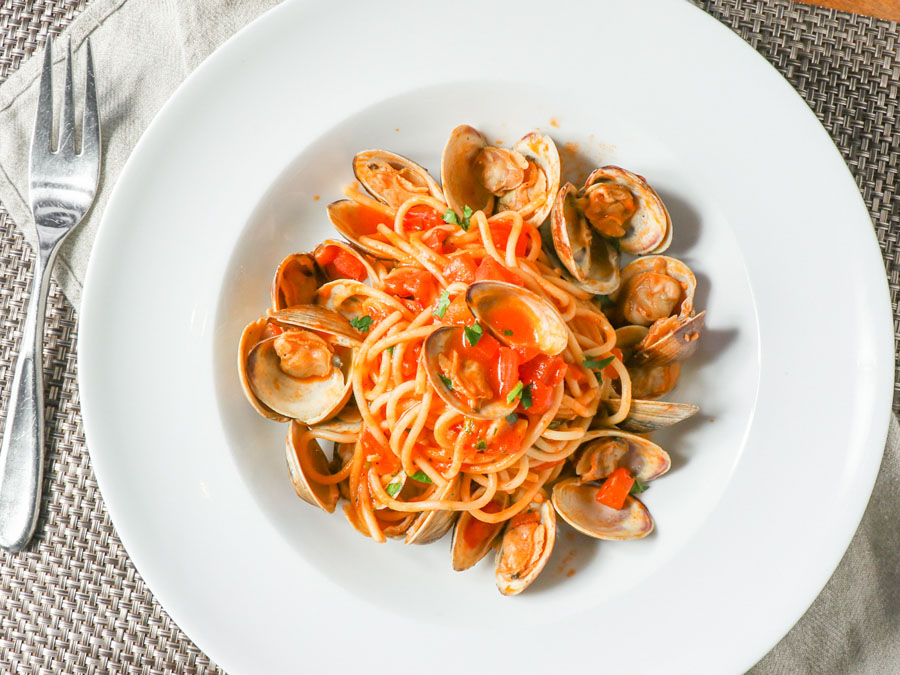 A dish of pasta and clams