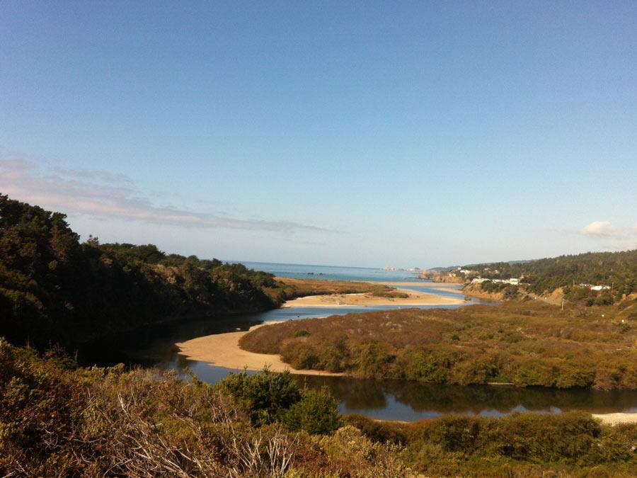 De Gualala River slingert zich omlaag naar de Stille Oceaan in Sonoma County
