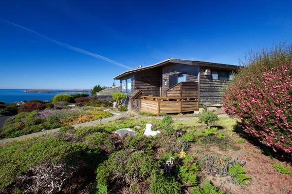Pinnacle Heights~Spacious 3 bedroom, 2 bathroom with beautiful ocean views! Walk to the beach! Photo 15