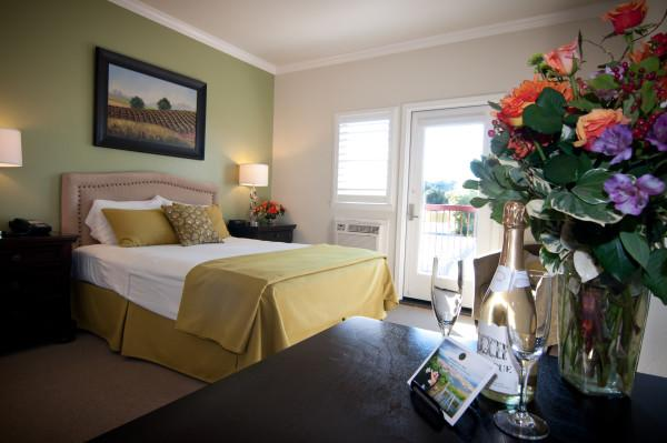 Queen Deluxe - One of our charming queen deluxe rooms with a private balcony over looking the vineyards. Photo 6