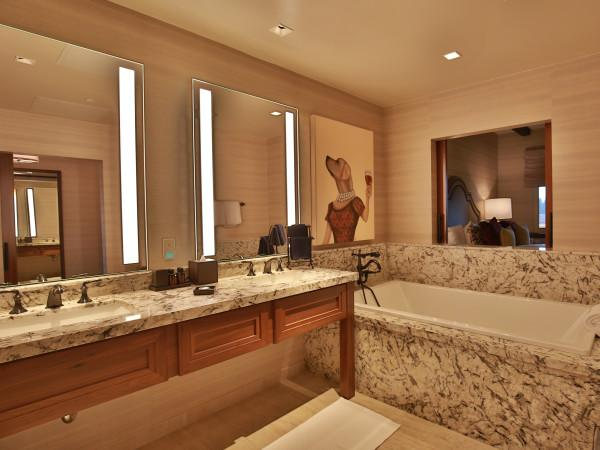 Vintners Inn -luxurious bathroom Photo 6