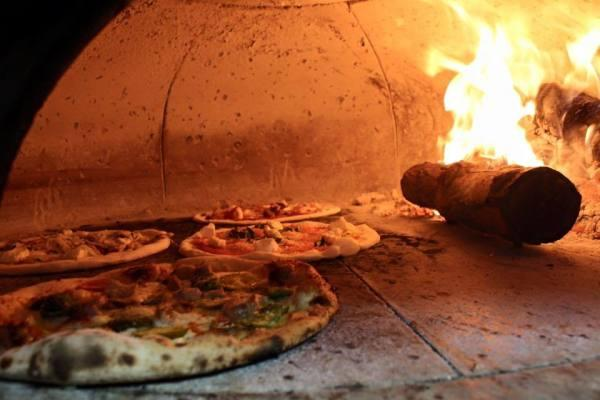 wood fire pizza and flammkuchen Photo 4